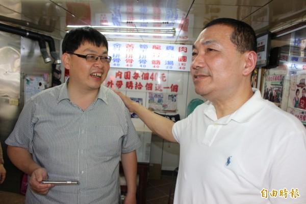 侯友宜今天中午到彰化市阿璋肉圓買肉圓,跟老闆施明裕互動交流。(記者張聰秋攝)