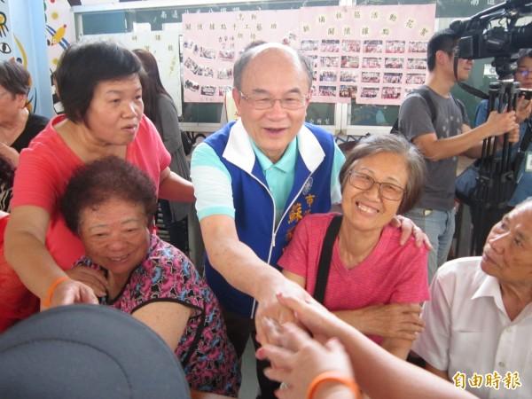 市议员苏家明举行「失智症老人关怀讲座」,获得老人家热烈肯定。(记者谢武雄摄)
