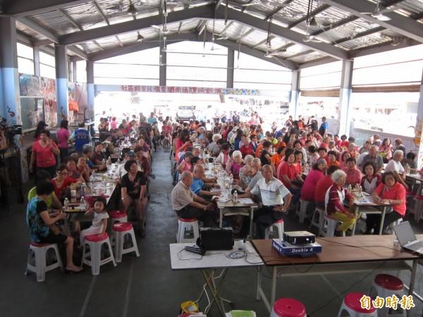 市议员苏家明举行「失智症老人关怀讲座」,吸引好几百人到场聆听。(记者谢武雄摄)