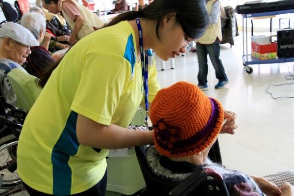 大學生到壽豐護理之家打工,幫忙照務服務員協助湯匙餵老人家吃飯。(門諾提供)