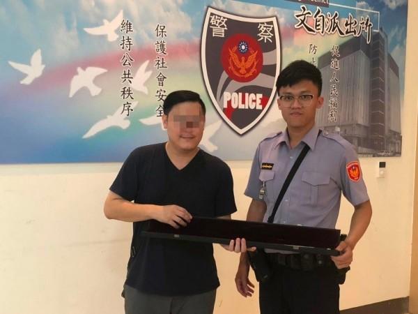 文自所警員陳智遠(右)幫張男找回琴弓。(記者洪定宏翻攝)
