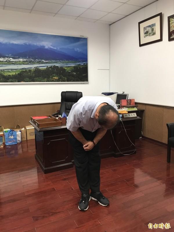 玉里鎮長龔文俊為了一句「妳酒家女喔」!今天在鎮公所鞠躬九十度道歉。(記者花孟璟攝)