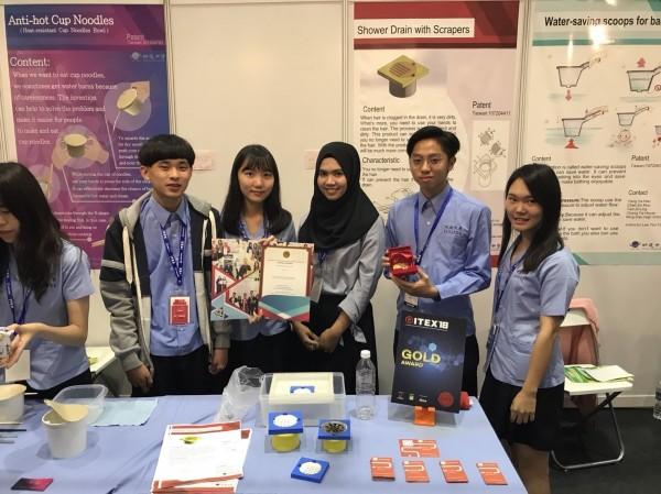 明道中學美工科二年級學生設計發明「刮式排水孔蓋」,吸引新加坡商主動洽談購買專利事宜。(記者蘇金鳳翻攝)