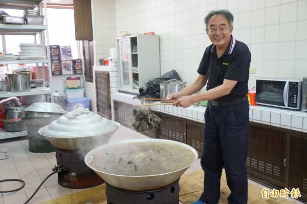 西螺農會黃金粽開賣,限量1萬顆,到下午已賣出1萬5000顆。(記者詹士弘攝)