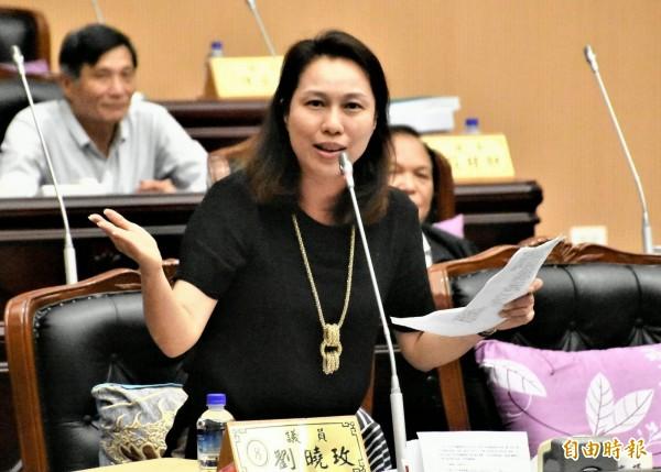 获民进党提名参选花莲县长的县议员刘晓玫,高分贝质疑县府0206善款动支不够透明。(记者游太郎摄)