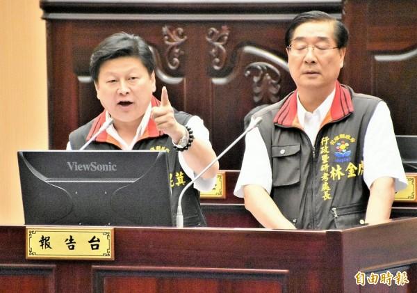 花莲县长傅崐萁(左)针对县议员刘晓玫不断针对0206善款质询,暴气「有问题就去提告」。(记者游太郎摄)