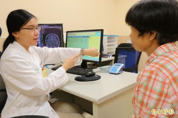 亞大醫院神經內科主治醫師楊依倩(左)提醒,想確定是否罹患失智症,需藉由認知功能等檢測。(記者陳建志攝)