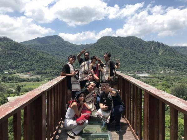 泰國網紅踩線團,參觀泰雅渡假村的天空步道,遠眺園區美景。(圖:泰雅渡假村提供)