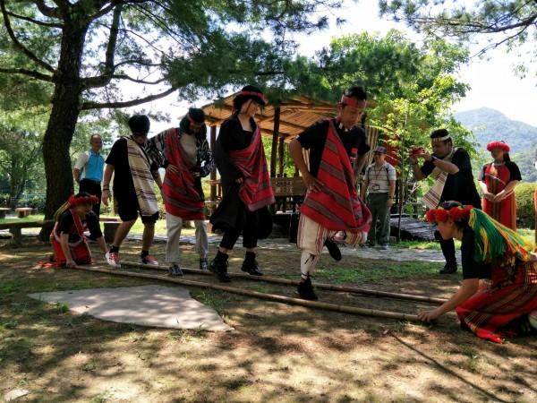 泰國網紅踩線團換上原住民傳統服裝,體驗傳統竹竿舞。(圖:泰雅渡假村提供)