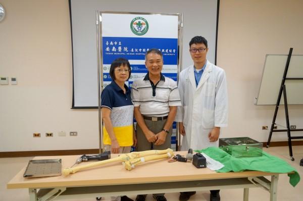 患者吳先生(中)與其妻子一起到台南市立安南醫院感謝醫師張伯羣治好他的左腳。(記者王俊忠翻攝)