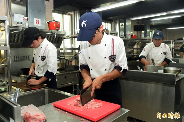 透過選手們巧思創意變化,打造豐盛美味料理。(記者張忠義攝)