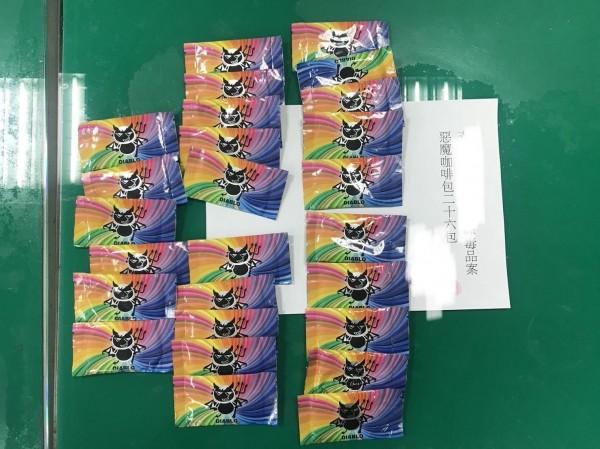 新北市三峽派出所警員約毒蟲從高雄北上,開車了300多公里交易毒品,完成交易就被逮;圖為查獲的小惡魔圖案毒品包。(記者吳仁捷翻攝)