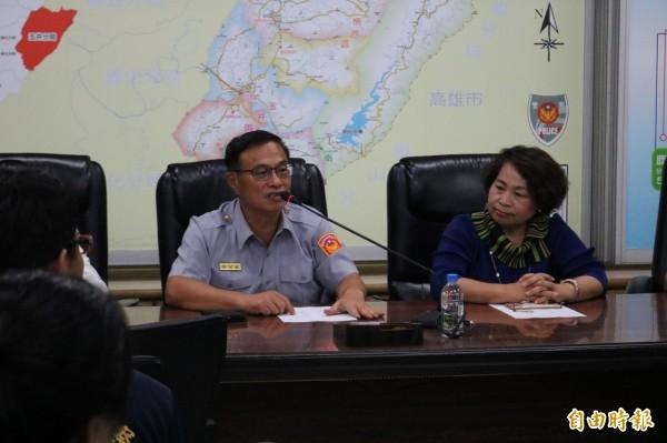南市警局長黃宗仁(左)感謝承辦員警的辛勞,在最短時間用科學辦案的方式,查出真相。(記者萬于甄攝)