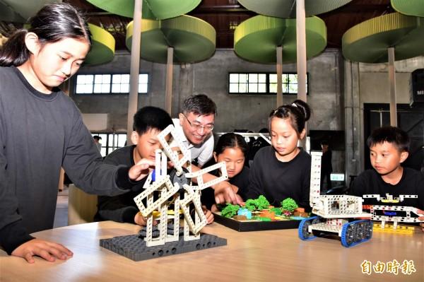 宜蘭國際童玩藝術節預計七月七日登場,宜蘭縣政府今年首辦「童玩普拉斯工作坊」,向全台小四至國三學生廣發英雄帖,鼓勵學童發揮創意,想像童玩節還能怎麼玩。(記者張議晨攝)