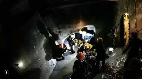獲救的許女手上提著一桶魚(右側)。(記者吳仁捷翻攝)