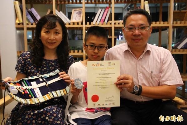 嘉大附小學生李定玨(中)獲選參加今年的馬來西亞國際青少年發明展(WYIE),自己寫信給大企業求贊助,真的獲得台塑企業捐款。(記者林宜樟攝)