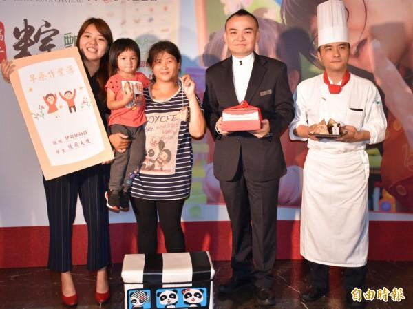 伊甸基金會、古華花園飯店邀請「慢飛天使」薇薇與媽媽,把愛包進粽子裡,邀請社會大眾支持,端午禮盒公益義賣活動。(記者李容萍攝)