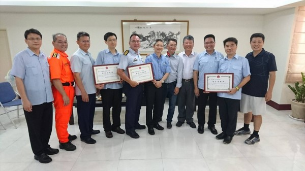 台南市及雲林縣醫師公會贈牌感謝海巡署救援。(記者楊金城翻攝)