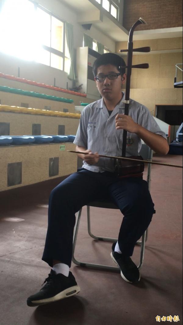 不受閱讀障礙先天限制勇敢追夢,頭份國中九年級學生黃伯凱拉得一手好中胡,在全國學生音樂比賽獲得優等佳績。(記者鄭名翔攝)