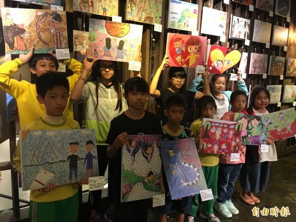 世界展望會受資助兒童畫畫呼籲保護兒童免於暴力侵害。(記者蔡淑媛攝)