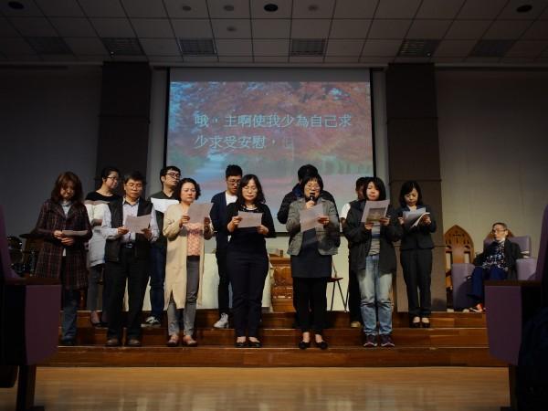 鄒川雄12名已畢業學生在生前告別禮拜學術研討會獻唱詩歌,有學生一度哽咽。(許怡靜提供)