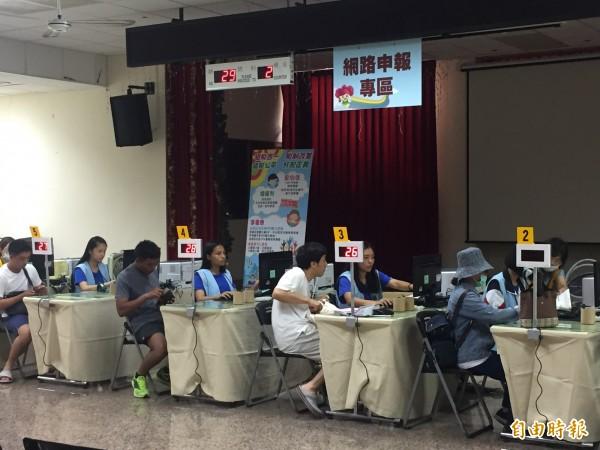 南區國稅局台東分局提供報稅服務,民眾報稅更方便。(記者張存薇攝)