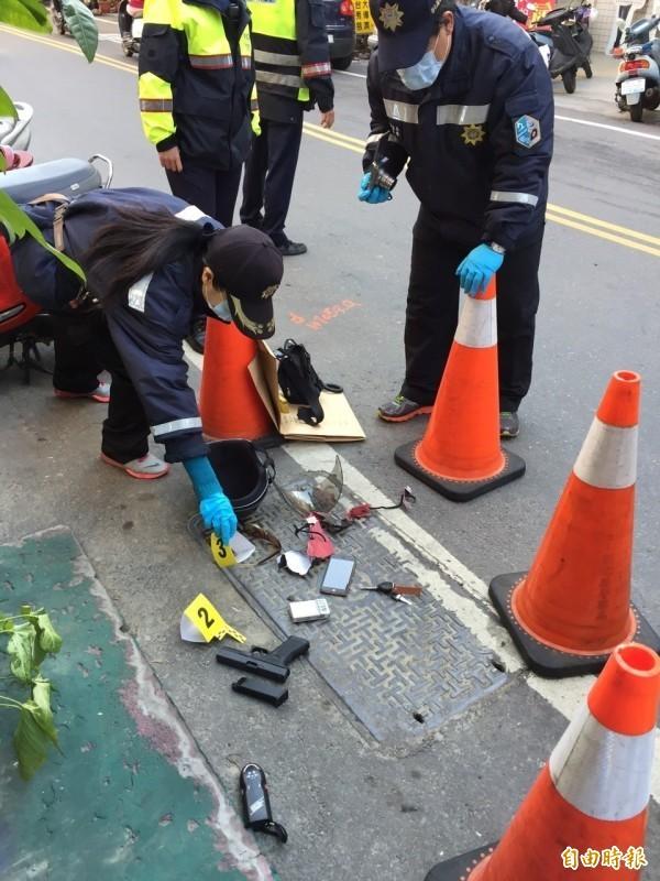 賴嫌搶銀行後沿路丟棄玩具槍及電擊棒等。(資料照)