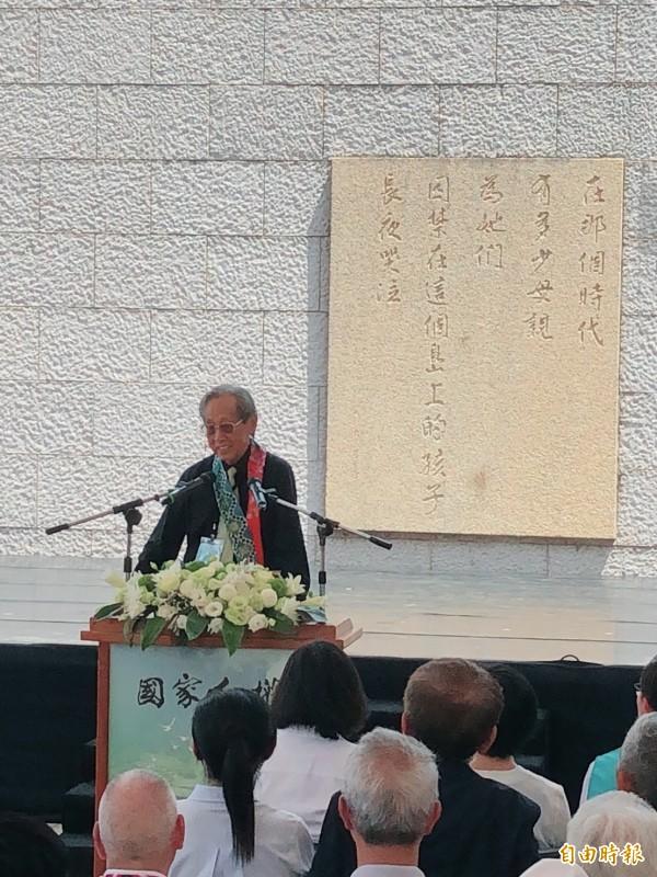 當年被關押在綠島的首批政治犯蔡焜霖上台演說。(記者蘇永耀攝)