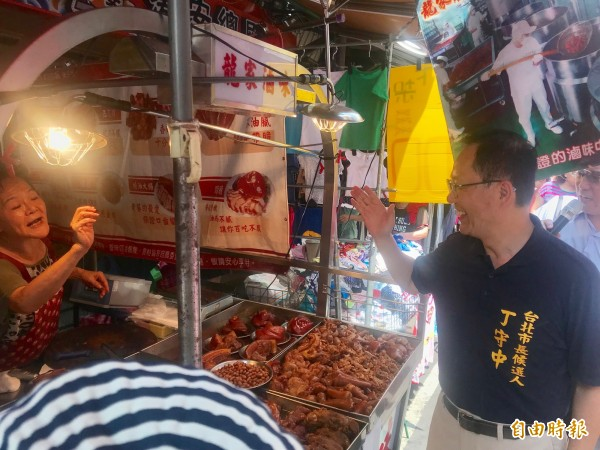 台北市長參選人丁守中今天早上到新北市議員參選人黃桂蘭站台,到蘆洲市場拜票。(記者陳心瑜攝)