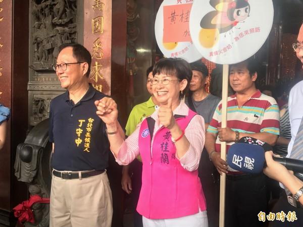 台北市長參選人丁守中今天早上到新北市議員參選人黃桂蘭在蘆洲湧蓮寺參拜並到蘆洲市場拜票。(記者陳心瑜攝)