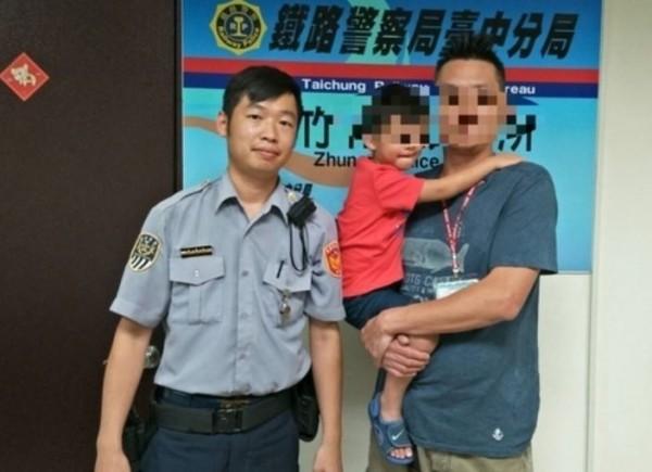 在鐵路警察協助下,男童父親也順利於竹南火車站接到男童。(記者鄭名翔翻攝)