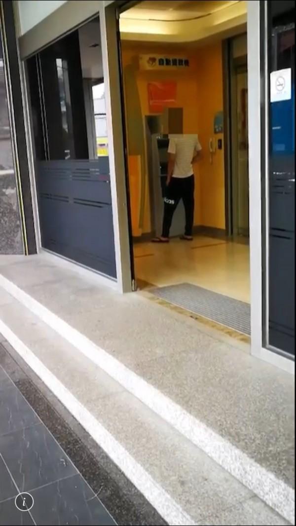 警方在大雅區ATM埋伏,鎖定提款宋男逮人。(記者許國楨翻攝)