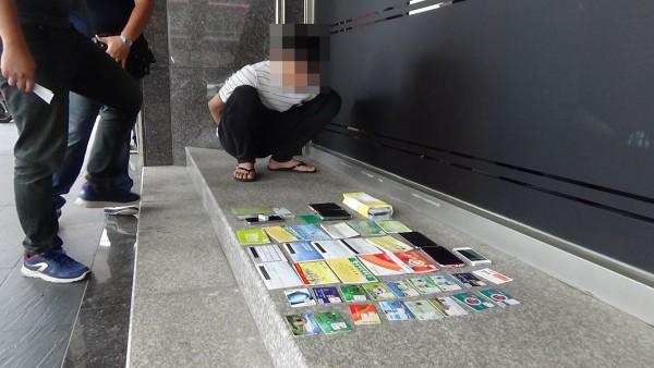 警方起出提款卡、存摺及贓款。(記者許國楨翻攝)