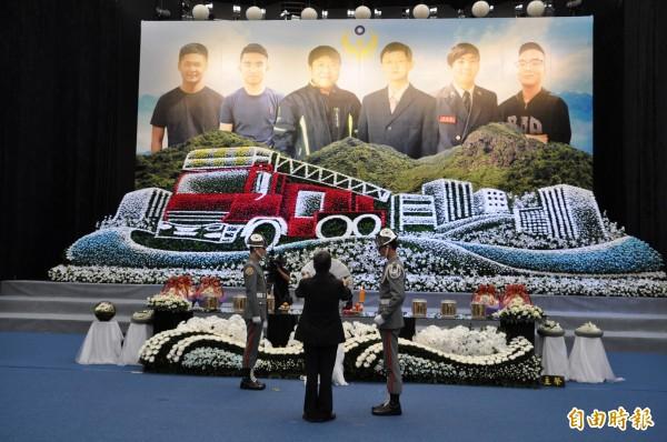 副總統陳建仁在追思會中獻花致哀。(記者周敏鴻攝)