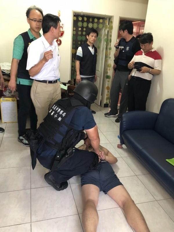 警方攻堅逮人。(記者邱俊福翻攝)