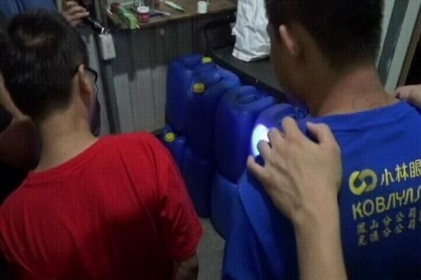 製毒工廠藏身屏東山區鐵皮工寮,工人戴防毒面具製毒,還燒樹枝掩護,警方和海巡署逮獲5嫌。(記者黃良傑翻攝)
