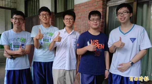 雄中滿級分進入台大醫科,(左起)張哲嘉、王可力、余承祥、杜泳逸及黃益泓。(記者黃旭磊攝)