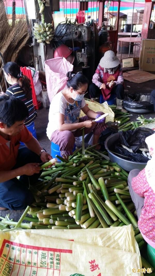 信徒忙著準備料理。(記者廖淑玲攝)