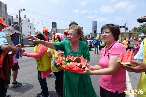 台北市長柯文哲的媽媽(圖右二),今天與前立委黃文玲(圖右一)分送西瓜給信徒。(記者劉曉欣攝)