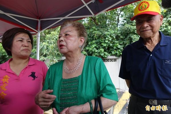 台北市長柯文哲的媽媽(圖右二)與柯爸爸(圖右一),今天到彰化伸港與前立委黃文玲(圖左)迎接白沙屯媽祖。(記者劉曉欣攝)