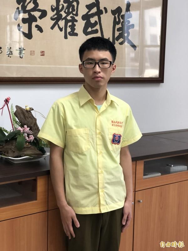 錄取台大法律的吳廷宇,雖然家裡經濟狀況不穩定,仍靠獎學金、公費營隊累積經驗,在面試時獲得青睞。(記者陳昀攝)
