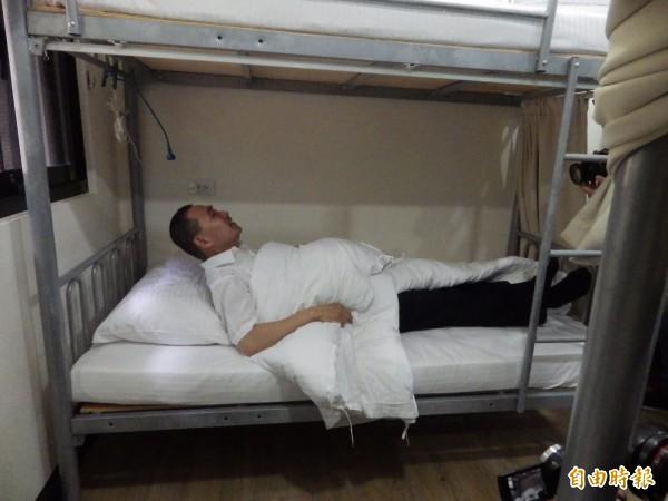侯友宜搞笑試躺青年旅舍的宿舍床位。(記者陳心瑜攝)