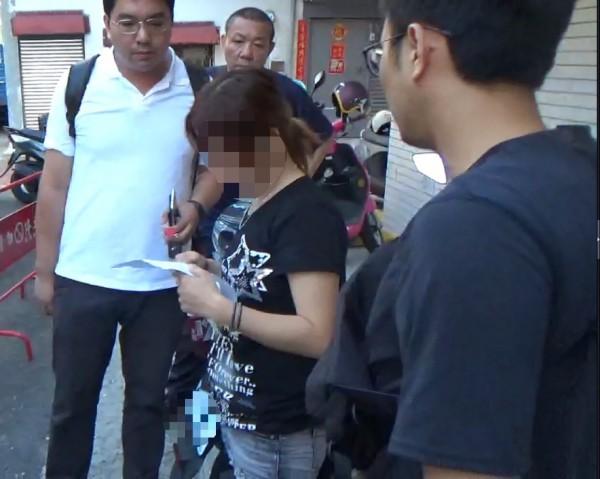 台南永康警方15日逮獲35歲連姓女藥頭,起出共1公斤的安非他命、毒咖啡包等毒品。(記者萬于甄翻攝)