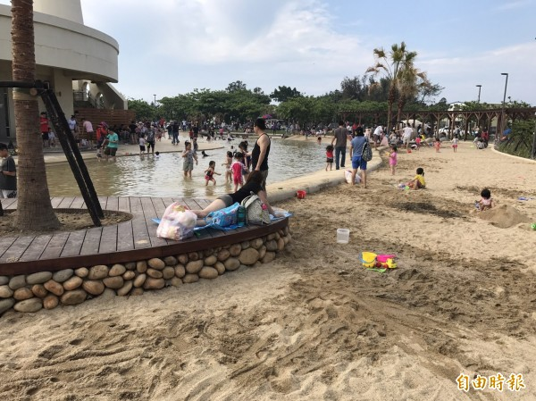 新竹市南寮旅遊服務中心前的親子沙灘已成為親子最夯景點之一,6月將正式啟用。(記者洪美秀攝)