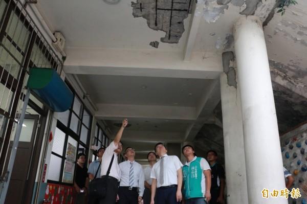 大甲國小行政大樓被判為危樓。(記者張軒哲攝)