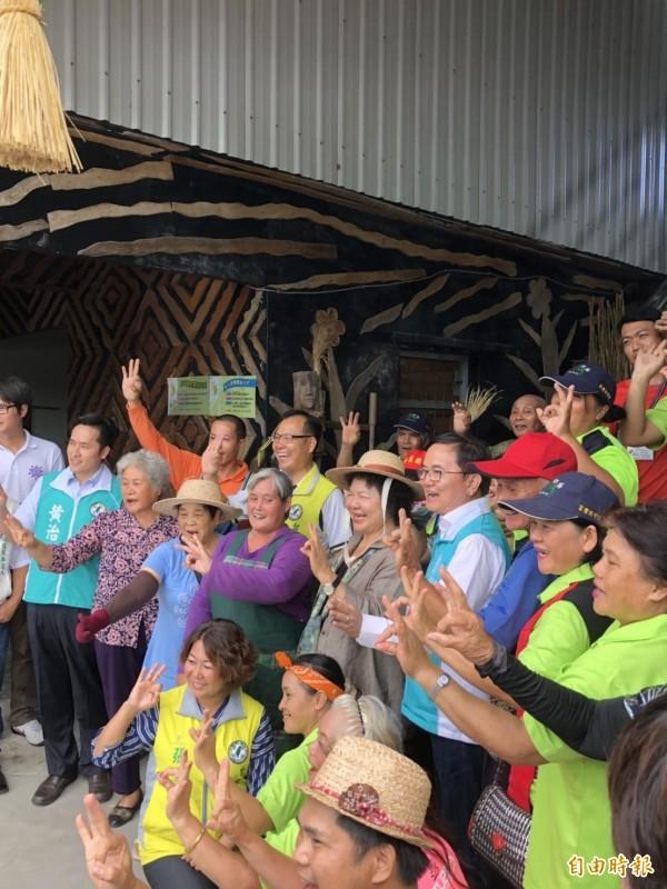 陳菊參訪石山木工坊,並戴上由當地原住民織編的草帽,並與當地原住民合照。(記者蘇永耀攝)