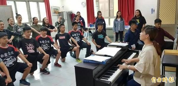 南投水里民和國中合唱團暑假將前進聯合國表演,下月將首度到台中歌劇院獻唱,近期勤加練習要展現最佳水準。(記者劉濱銓攝)