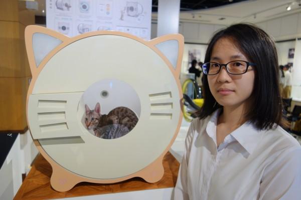 工設系四年級林藝芯設計的物聯網貓咪「litter out」,可自動清便、針測貓咪體重健康,改善貓奴鏟屎麻煩。(北科大提供)