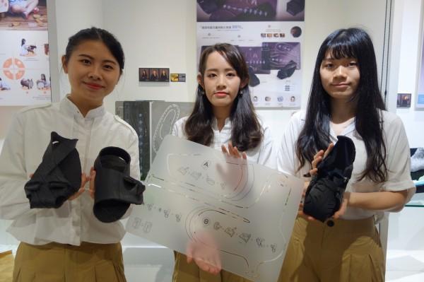 工設系四年級陳雯釺、魏彤庭、葉瑋婷作品「製給自足」,用鞋子模板讓民眾利用身邊現有的資源,靠自己的力量做出一雙實用可行的鞋子。(北科大提供)