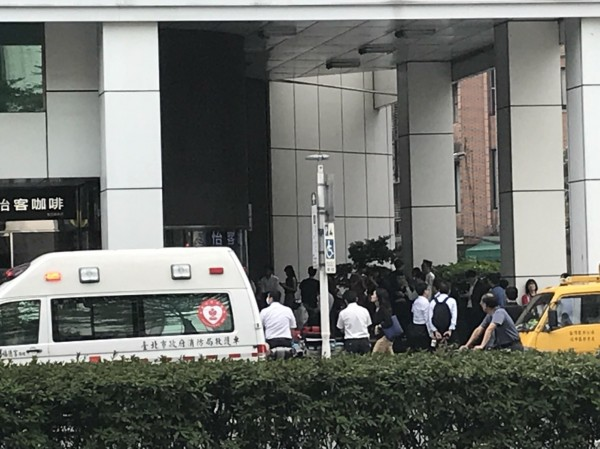 台北市松江路125號發生火警,警消警急疏散78人。(記者劉慶侯翻攝)